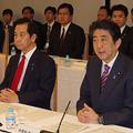 地方創生担当相時代の山本氏(左)/内閣府ウェブサイト(http://www.cao.go.jp/minister/1608_k3_yamamoto/photo/2016-021.html)より