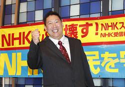 比例代表で当選が決まり、笑顔でポーズをとる立花孝志代表(写真/共同通信社)