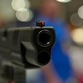 半自動式拳銃(2015年4月10日撮影、資料写真)。(c)KAREN BLEIER / AFP