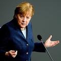 2020年12月16日、ベルリンのドイツ連邦議会で行われた質疑応答の際、国会議員(MP)からの質問に答えるアンゲラ・メルケル首相