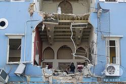 レバノン・ベイルートの港湾地区で大規模爆発が起き、被害を受けた現場周辺の住宅(2020年8月5日撮影)。(c)JOSEPH EID / AFP