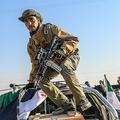 トルコとの国境の町のシリアのアクチャカレで、車の上に乗る戦闘員(2019年10月13日撮影)。(c)BULENT KILIC / AFP