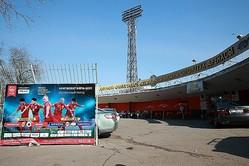 ドレン・オムルザコフ・スタジアムの外観。試合を宣伝する看板もあった。写真:山崎賢人(サッカーダイジェスト写真部)