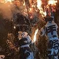「日本一危険」とされる「鳥羽の火祭り」 真冬の海に浸かり、炎に飛び込む