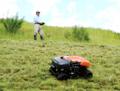 ラジコン草刈機「ARC-500」による作業の様子。(画像: クボタの発表資料より)