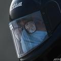 インド・ニューデリーで、マスクを着けてバイクのヘルメットをかぶった人(2020年11月19日撮影、資料写真)。(c)Sajjad HUSSAIN / AFP