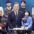 19日夜、MBCテレビの番組に出演し、国民の質問に答える韓国の文在寅大統領(左)(韓国大統領府提供)