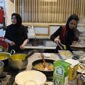 アフガニスタンの首都カブールにある飲食店で働く女性たち(2019年1月30日撮影)。(c)WAKIL KOHSAR / AFP