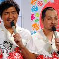 スリムクラブの真栄田賢(左)と内間政成=2015年