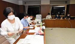 会議室などに分かれ、「3密」を防ぎながら作業する岐阜県高山市の職員=2020年5月18日午後9時過ぎ、市役所、山下周平撮影
