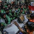 韓国の人気ボーイズグループBTS(防弾少年団)とのコラボレーション商品をピックアップしようと、マクドナルドの店舗に殺到したフードデリバリーの配達員ら。インドネシアのボゴールで(2021年6月9日撮影)。(c)ADITYA AJI / AFP