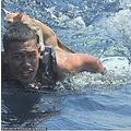 肩に猫を乗せて泳ぐ海兵隊員(画像は『Express Informer 2021年3月3日付「Saved from cat-astrophe: Four cats are rescued from a sinking ship by Thai navy」(PO1 WICHIT PUKDEELON via REUTERS)』のスクリーンショット)