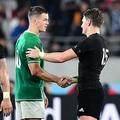 試合後に握手を交わすニュージーランドのB・バレット(右)とアイルランドのジョナサン・セクストン=味の素スタジアム(撮影・棚橋慶太)