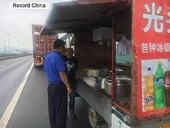 中国では高速道路上に食べ物を売る違法な屋台が出現している。1日に始まった国慶節連休には通行車両が増え渋滞も発生することを商機と見なし、大儲け」を狙っての行為という。警察は取り締まりに力を入れている。