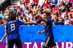 得点を喜ぶ菅澤と岩渕 photo/Getty Images