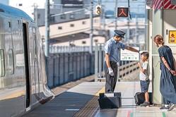 これぞ神対応! 北陸新幹線の運転士さんが男の子に帽子をかぶらせてくれた光景がすてき