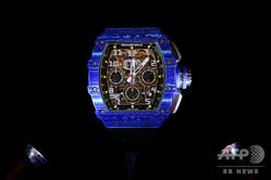 スイス・ジュネーブでの第28回国際高級時計見本市「SIHH」で展示されたスイスの高級時計メーカー「リシャール・ミル」の腕時計(2018年1月15日撮影、資料写真)。(c)Fabrice COFFRINI / AFP