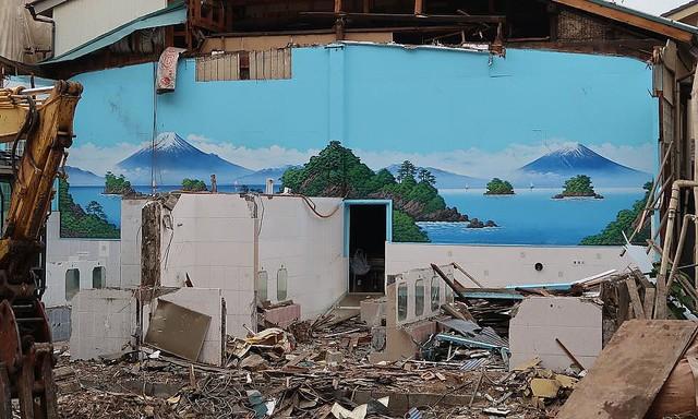 こんな光景見たことない...! 解体中の銭湯で撮影された「2つの富士山」が話題に