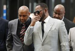 米シカゴの裁判所に出頭したR・ケリー被告(2019年6月6日撮影、資料写真)。(c)KAMIL KRZACZYNSKI / AFP