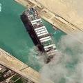 エジプトのスエズ運河で座礁したコンテナ船「エバーギブン」。マクサー・テクノロジーズ提供(2021年3月29日撮影)。(c)AFP PHOTO / Satellite image ©2021 Maxar Technologies