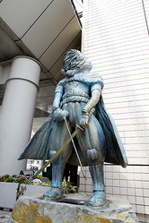 松本零士さんがデザインした像(2019年3月、大阪府和泉市の和泉中央駅前、市提供)