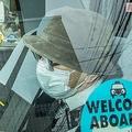 裁判を終え自宅に戻った飯塚被告は、帽子にマスクで杖を持ち前を見すえて(12月3日)