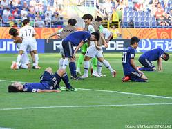 敗戦にうなだれるU-20日本代表