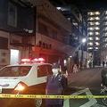 発生直後の兵庫県尼崎市の事件現場。通りの奥にある「焼処」という看板を掲げた飲食店は古川幹部の親族が経営しており、この店の前で銃撃事件は発生した