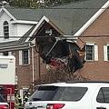 2階に突っ込んだポルシェ(画像は『NJ.com 2019年11月11日付「Porsche crashes into second story of building, killing 2, police say」(Ed Murray | NJ Advance Media for NJ.com)』のスクリーンショット)
