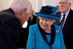 11月26日、郵趣協会を訪問したエリザベス女王(写真:代表撮影/ロイター/アフロ)