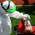 コソボの首都プリシュティナで、新型コロナウイルスの検査を受けるサッカーの審判(2020年5月30日撮影)。(c)Armend NIMANI / AFP