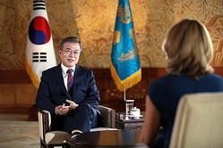 英BBCのインタビューに応じる文大統領=12日、ソウル(聯合ニュース)