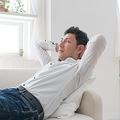 「独身男性は悠々自適」は誤解 平均年収を超えているのはたったの25%