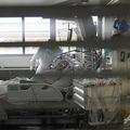 仏東部ストラスブールの病院の集中治療室(ICU)で新型コロナウイルス感染者に処置を施す医療スタッフ(2020年10月22日撮影)。(c)FREDERICK FLORIN / AFP