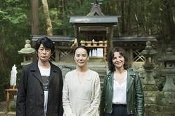 撮影中の河瀬直美監督(中央)と永瀬正敏、 ジュリエット・ビノシュ