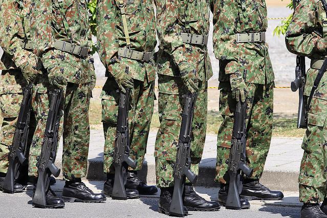 自衛隊「小銃持ち歩き」何が問題だったか 制服で隠すなど「配慮」はしていた
