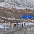 中国・新疆ウイグル自治区とパキスタンのギルギット・バルティスタン州にまたがるクンジュラブ峠を歩くパキスタン人ら(2015年9月29日撮影、資料写真)。(c)AAMIR QURESHI / AFP