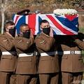 英ベッドフォードで行われた退役軍人トム・ムーアさんの葬儀で、ひつぎを運ぶ陸軍ヨークシャー連隊の兵士ら(2021年2月27日撮影)。(c)Joe Giddens / POOL / AFP