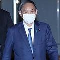 記者団からの呼びかけに応じず退邸する菅義偉首相=19日午後、首相官邸(春名中撮影)
