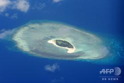 南シナ海でベトナム、フィリピン、中国などが領有権を主張する南沙諸島(スプラトリー諸島)の岩礁(2017年4月21日撮影、資料写真)。(c)TED ALJIBE / AFP
