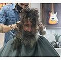 ヘアカットをする前のホームレスの男性(画像は『P A D O O 2020年12月16日付Instagram「Todos os dias o Sr. João Coelho passava em frente da loja Padoo moda masculina catando latinhas.」』のスクリーンショット)
