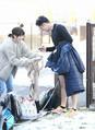 <日本ハム>室内練習場で自主トレを行った斎藤祐は、外で待つファンにサインした(撮影・高橋茂夫)