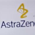 英製薬大手アストラゼネカのロゴと注射器(2020年11月17日撮影)。(c)JUSTIN TALLIS / AFP