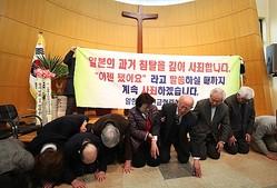 提岩教会で謝罪する日本の牧師ら=27日、華城(聯合ニュース)
