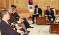 エスパー米国防長官らと会談する文大統領(右奥)=15日、ソウル(聯合ニュース)