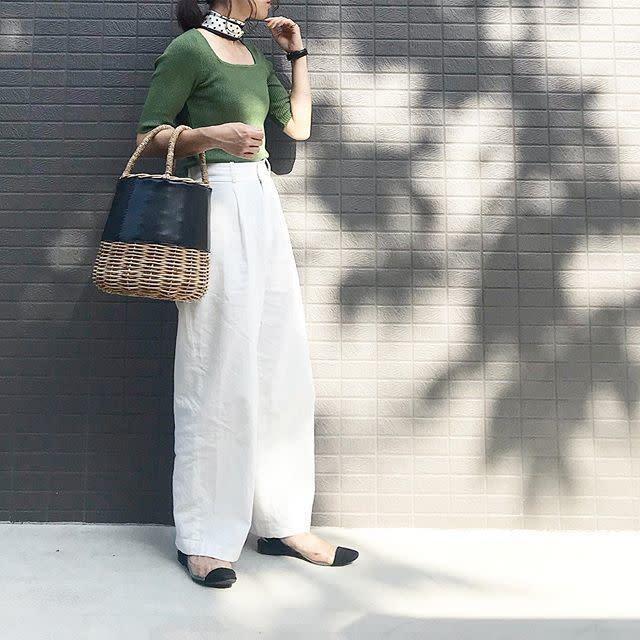 242707a60b10a2 落ち着いたグリーンは、秋にもシックに馴染むカラー。夏場に着る場合は一枚で着こなせるトップスがおすすめです。5分袖なら秋口でも薄着の印象が控えめに。