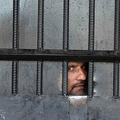 アフガニスタン・ジャララバードの刑務所襲撃の後、所内から外を見る受刑者(2020年8月3日撮影)。(c)NOORULLAH SHIRZADA / AFP