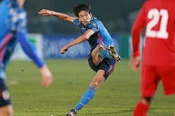 直接FKを決めた原口。アウェーで貴重な2点目を決めた。写真:山崎賢人(サッカーダイジェスト写真部)