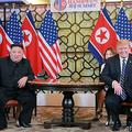 ベトナム・ハノイのホテルで会談するドナルド・トランプ米大統領(右)と北朝鮮の金正恩(キム・ジョンウン)朝鮮労働党委員長(当時)。朝鮮中央通信(KCNA)提供(2019年2月28日撮影、3月1日提供)。(c)AFP PHOTO/KCNA VIA KNS
