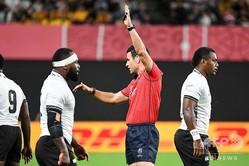 物議を醸すタックルのあったラグビーW杯日本大会、プールDのオーストラリア対フィジー戦を裁いたベン・オキーフ主審(中央、2019年9月21日撮影)。(c)WILLIAM WEST / AFP